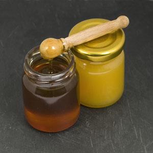 Arôme secondaire du vin présent dans certains grands vins sucrés, le miel est très recherché par les experts du vin. Tastavin vente de vin en ligne.