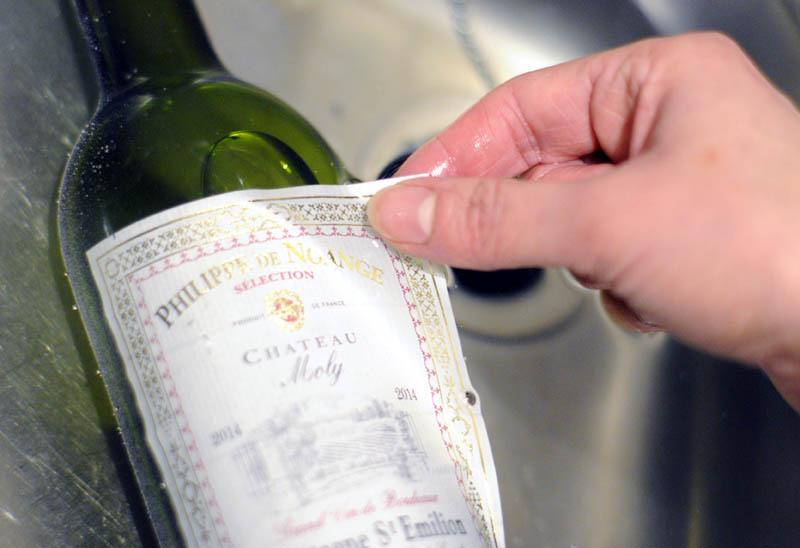 Trucs et astuces pour décoller une étiquette de bouteille de vin.