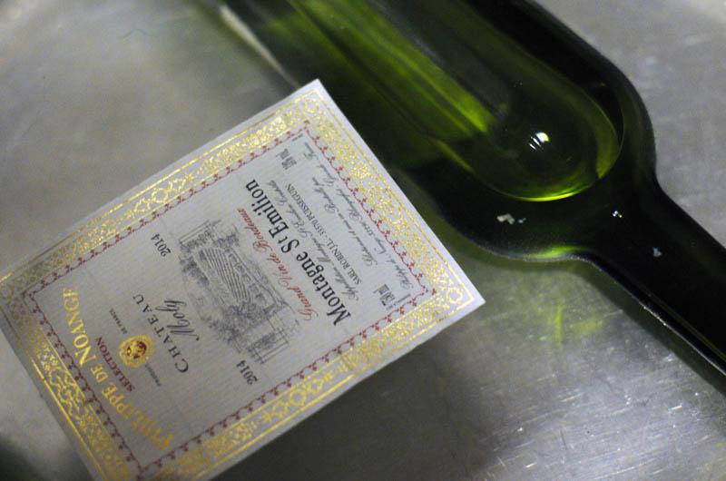 Étiquette de bouteille de vin décollé facilement et rapidement.
